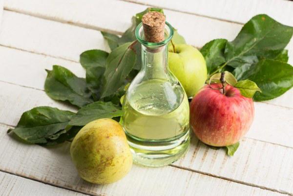 Фото графина с уксусом и яблок с листиками
